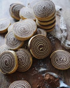 Shortbread Cookies - Chocolate and Vanilla Shortbread Spirals Recipe via Jungle Recipe Over 15 amazingly delicious shortbread cookies recipes to try! From classic to chocolate there's nothing like the buttery texture of shortbread cookies! Baking Recipes, Cookie Recipes, Dessert Recipes, Shortbread Recipes, Biscuit Cookies, No Bake Cookies, Pinwheel Cookies, Cookie Cups, Sandwich Cookies