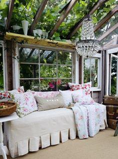gemütliches Sofa-Wintergarten Glasfassade