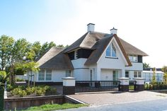 Wonen 21 - Bekhuis & KleinJan Gate Design, House Design, Different House Styles, Belgian Style, Mansions Homes, Garden Pool, Living Area, Interior And Exterior, Home Goods