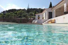 Regardez ce logement incroyable sur Airbnb : Spacieuse maison contemporaine - Villas à louer à Cotignac