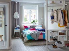Ein In Weiß Und Beige Gehaltenes Schlafzimmer Mit Viel Stauraum