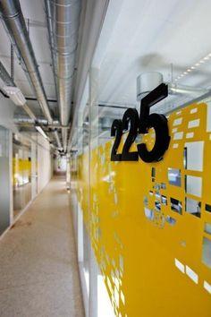 WESTERDALS | Westerdals é uma das principais escolas de comunicação na Noruega, classificada como uma das dez melhores escolas criativas do mundo. O novo edifício, desenhado por Kristin Jarmund Arkitekter (KJARK), está situado na Vulkan em Oslo, uma antiga área industrial. Foi nomeado para tanto o Byggskikkpris Statens e Cidade Oslo Prémio de Arquitectura 2012.