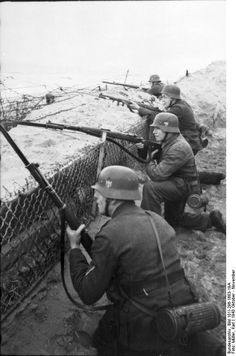 Northern France, infantry in position. German Soldiers Ww2, German Army, Military Photos, Military History, Luftwaffe, Germany Ww2, Ww2 Photos, Total War, Panzer