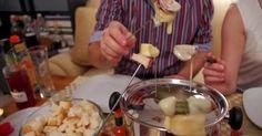 Fondue (wym. fondi) serowe to potrawa szwajcarska. Ciekawe jest to,że dziś kojarzona z wykwintną kuchnią potrawa, tak naprawdę była wymyślon...