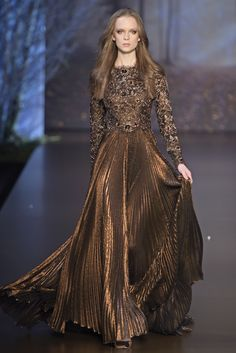 Ralph and Russo Fall/Winter 2015 - Although I am not usually a big fan of bronze, this is doing it right. I love the subtly pleated skirt and super embellished torso. Couture 2015, Haute Couture Dresses, Haute Couture Fashion, Fashion News, Runway Fashion, High Fashion, Gothic Fashion, Fashion Fashion, Womens Fashion
