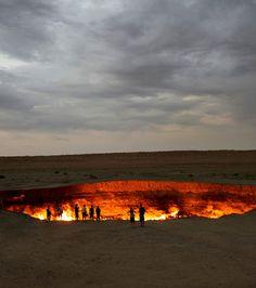 Située à Derweze, au Turkménistan, la ''Porte de l'Enfer'' est un foyer de gaz naturel brûlant