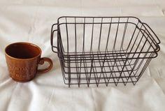 シロクマ*ノート: 最近セリアで買ったもの-アンティークワイヤーバスケットとカフェキャラメルのマグカップ-
