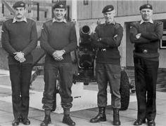Members of 2 PARA in front of a captured Argentinian Gun, Browning Barracks, Aldershot. British Army, British Royals, Parachute Regiment, Falklands War, Browning, Military History, Islands, Gun, Board