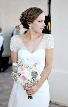 My gorgeous sister and her bouquet that I created using blooms from @Flower Muse | http://www.flowermuse.com
