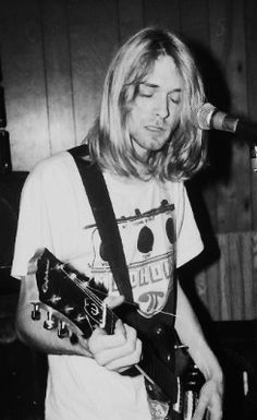 Kurt Cobain Playing guitar Black and white Nirvana Kurt Cobain, Kurt Cobain Photos, Kurt Cobain Young, Amy Winehouse, Glam Rock, Pop Punk, Kurk Cobain, Hard Rock, Heavy Metal
