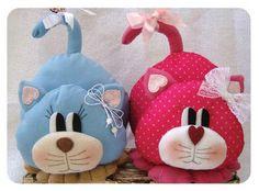 Risultati immagini per fernanda lacerda boutique do feltro Sock Crafts, Felt Crafts, Fabric Crafts, Sewing Stuffed Animals, Stuffed Toys Patterns, Cat Fabric, Fabric Dolls, Cat Applique, Diy Cat Toys