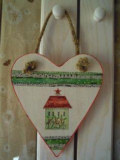 CUORE NATALIZIO Un cuore in legno decorato con pittura acrilica,...     <3