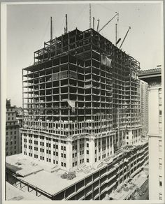 vintage empire state building construction photos by lewis wickes hine 1931 Empire State Building, Ellis Island, Tennessee, Classic Photographers, Black And White Building, North Tower, Only In America, Rare Historical Photos, Chrysler Building