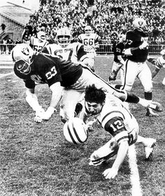 Ben Davidson nails Joe Namath with 2 fists to the face - the late NFL was brutal. The Raider's Davidson was as dirty a player as anyone who ever played. Okland Raiders, Raiders Players, Oakland Raiders Football, Raiders Baby, Raiders Nails, Pittsburgh Steelers, Dallas Cowboys, Football Memes, Football Team