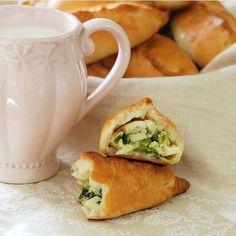 Пирожки с луком и яйцом от @olgaslutskaya Залог вкусных пирожков - правильное домашнее тесто! Эти пирожки с луком и яйцом по моему самому любимому рецепту. Тесто получается воздушным, мягким и очень легко и тонко раскатывается. И отлично сочетается как с солеными, так и со сладкими начинками.  Для теста: - 500 гр муки - 5 гр сухих дрожжей - 1 яйцо - 80 мл растительного масла (у меня оливковое) - 2 столовых ложки сахара - Половина чайной ложки соли - 200 мл воды  Для начинки: - 6 вареных яиц…