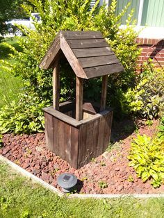 Wishing well flower box from wood pallet
