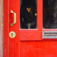 Her kapının arkasında başka hikayeler olduğunu unutma. Şehrini keşfe başla!
