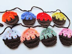 Free crochet pattern for cupcake garland (with link) Crochet Cupcake, Crochet Bunting, Crochet Garland, Crochet Decoration, Crochet Food, Knit Or Crochet, Crochet Motif, Crochet Crafts, Crochet Patterns