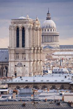 Notre Dame de Paris & le Panthéon.  Paris, FRANCE.