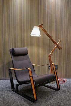 Confira nosso tutorial e descubra como fazer uma luminária de madeira de piso linda! Aproveite também para se inspirar nos modelos que selecionamos. Luminaria Diy, Lamp Light, Floor Lamp, Light Fixtures, Master Bedroom, Diy And Crafts, Lighting, Furniture, Design