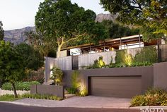 This modern house in Cape Town, South Africa, was originally built in and more recently received a given a fresh update by architecture firm SAOTA. Farnsworth House, Big Modern Houses, Modern House Design, Contemporary Architecture, Architecture Design, Mid Century House, Glass House, Cape Town, Home Renovation
