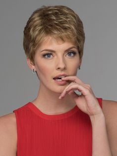How to style the Pixie cut? Despite what we think of short cuts , it is possible to play with his hair and to style his Pixie cut as he pleases. Really Short Hair, Short Grey Hair, Short Hair With Bangs, Cute Hairstyles For Short Hair, Short Blonde, Short Hair Cuts For Women, Pixie Hairstyles, Pixie Haircut, Curly Hair Styles