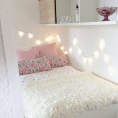 I love the lights above the bed. I wanted to do something like this in my room.