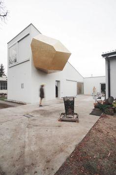 Cet atelier d'artiste à Varsovie n'a rien de classique ! Il a été conçu pour le sculpteur polonais Pawel Althamer par l'architecte basé à Bâle, Piotr Brzoz