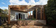 maison rénovée avec une pergola terrasse triangulaire en bois et un bac à fleurs…