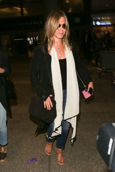 Pin for Later: When Jennifer Aniston Wears This Outfit, You Know She's About to Catch a Flight
