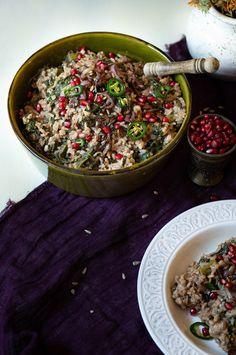 würziges Vollreis-Risotto mit Grünkohl, Oliven und feinem Topping aus Zwiebeln, Sonnenblumenkernen und Granatapfel