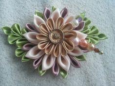 Kanzashi ozdoba do vlasů/ brož IN BLOSSOM Krásný elegantní květ vyrobený technikou kanzashi je dlouhý cca 11,5 cm a široký cca 7,5 cm. Můžu jej upevnit na brožový můstek, sponku do vlasů, či na čelenku stříbrné barvy.