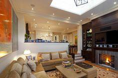 schicke möbel im wohnzimmer mit einer feuerstelle - Wie ein modernes Wohnzimmer aussieht – 135 innovative Designer Ideen