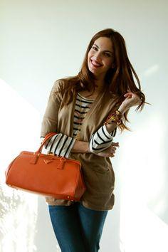 Jeans de Zara y bolso naranja de Prada