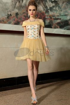 An utterly sexy and cute golden dress crafted from delicate tulle and lace. The bodice highlight the clever use of sparkling paisley while the off-the-shoulder radiates a romantic feel. Pair this special occasion dress with a statement clutch and heels. Prom Girl Dresses, Tulle Prom Dress, Girls Party Dress, Homecoming Dresses, Bridesmaid Dresses, Formal Dresses, Corsage, Golden Dress, Custom Dresses