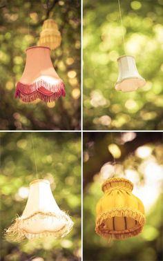 Oude lampenkappen in de boom #loveit