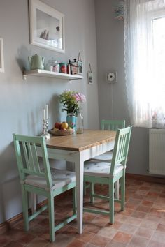Küche: graue Wand & mintfarbene Stühle!