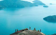 Para quem gosta de caminhar, vale fazer a trilha até o cume da Pedra da Mama, de onde se tem uma vista espetacular do Saco do Mamanguá