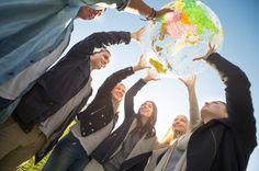 Fazer um intercâmbio é o sonho de muitas pessoas, mas o alto investimento desanima muitos estudantes. Pensando nisso, o Descubra o Mundo, agência de intercâmbio online, lançou uma promoção com pacotes para diversos países. Para quem planeja embarcar nessa experiência gastando pouco, a agência apresenta mais de50 opções de pacotes com até 40%de desconto.