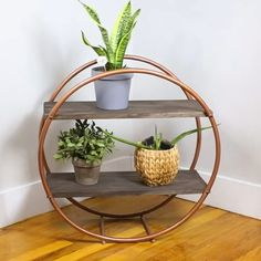 Check out our guide on how to build a hula hoop shelf. Easy on the eye and on DIY budgets, a hula hoop shelf is a storage option you should definitely consider. Diy Décoration, Easy Diy, Diy Crafts, Diy Regal, Diy Home Decor Projects, Diy Projects Apartment, Diy Room Decor, Diy On A Budget, Clever Diy
