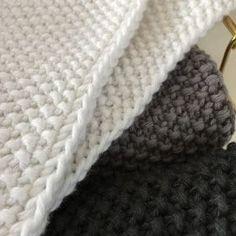 Perlestrikkede klude i 8/8 økologisk Karen Klarbæk garn. Smuk stil til køkkenet eller badeværelset med de ualmindeligt smukke kanter. H... Crochet Dishcloths, Knit Crochet, Crochet Kitchen, Drops Design, Beautiful Crochet, Knitted Fabric, Knitting Patterns, Sewing Projects, Stitch
