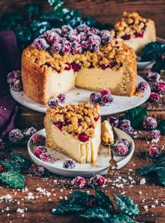 This Cranberry Crumb Cake tastes super delicious! It's layered with vegan Cheesecake and topped with Sugared Cranberries making it the perfect dessert any time! Cranberry Crumb Cake, Cranberry Cheesecake, Vegan Cheesecake, Cheesecake Pudding, Great Desserts, Delicious Desserts, Yummy Food, Easy Cake Recipes, Dessert Recipes