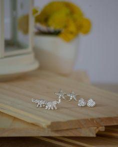 Nuestra colección de aretes pequeños en plata con zirconias posee una amplia gama de diseños y modelos disponibles.  Cuando adquieres uno de ellos estás haciendo una excelente inversión por su calidad durabilidad y belleza.  Puedes ver la colección completa accediendo a http://ift.tt/2mJWivg  Escribenos por DM ws 809-853-3250 ó info@complementosrd.com #earrings #silver #elefant #starfish #heart #corazon #elefante  #estrellademar