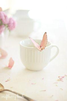 まるで飛んできた蝶がそのままカップにとまったような、ロマンチックなタグの出来上がり。