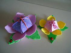 Porta guloseimas em formato de flor confeccionada em e.v.a. com detalhes de fitinha e botão joaninha. <br>Ideal para enfeitar a mesa de guloseimas. <br> <br>FLOR MAIOR: R$ 6,00 <br>FLOR MENOR: R$ 5,00 <br> <br>PEDIDO MÍNIMO: 10 UNIDADES