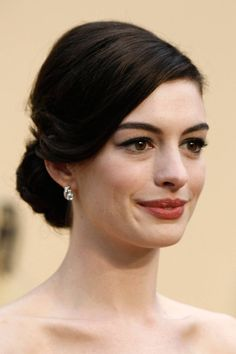Wedding Hairstyles Updo classic chignon // Anne Hathaway, Oscars 2009 - Take inspiration from these red carpet leading ladies and work a chignon on the day Low Bun Hairstyles, Celebrity Hairstyles, Bride Hairstyles, Red Carpet Hairstyles, Red Carpet Updo, Wedding Hair And Makeup, Hair Makeup, Hair Wedding, Front Hair Styles
