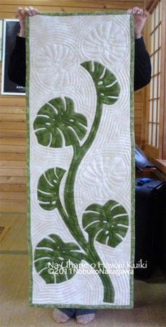 I love how the shape of the leaves is echoed in the quilting.