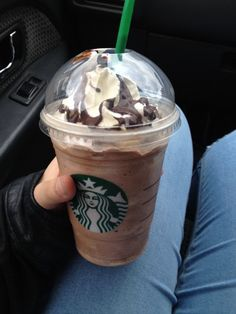 q : what do you usually order at Starbucks? a : caramel frappe Copo Starbucks, Bebidas Do Starbucks, Starbucks Drinks, Starbucks Secret Menu, Starbucks Recipes, Yummy Drinks, Yummy Food, Kreative Desserts, Eat This