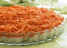 Tinas gulerodsdessert: 100 g Daim 100 g makroner 2½ dl piskefløde 2 tsk. flormelis 3 tsk. vaniljesukker 2½ dl cremefraiche 18% 750 g revne gulerødder Hak Daimen, knus makronerne og kom det i bunden af et tærtefad. Pisk fløden stiv med flormelis og vaniljesukker og vend cremefraichen i. Skræl gulerødderne og riv dem groft. Læg først cremen og derefter gulerødderne over makronbunden. Sæt desserten på køl i 2 timer og server.