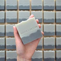 Nuestra costumbre barra jabón favores se hacen a pedido en tamaño completo (aprox. 120g) o tamaño medio (aprox. 60g). Que tenga el texto (nombres, fecha, etc.) sellado en el jabón en la fuente de su elección. Los jabones pueden dejarse sin envolver o envueltos, con materiales, etiquetas y etiquetas personalizables para el tema de tu evento. Aromas se pueden seleccionar de nuestra gama estándar de jabón - el número de diferentes olores que puede elegir depende del número de lotes necesarios…